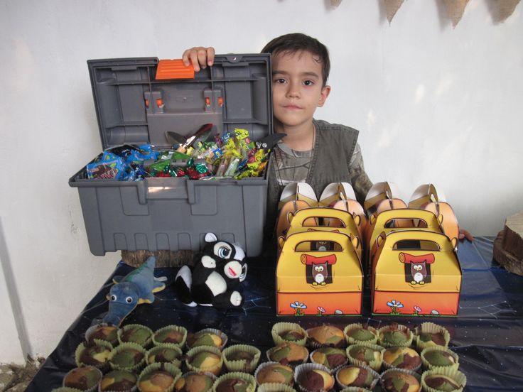 Caja de pesca full de gusanos de caramelo y otras golosinas. Los cotillones de camping de oriental traiding