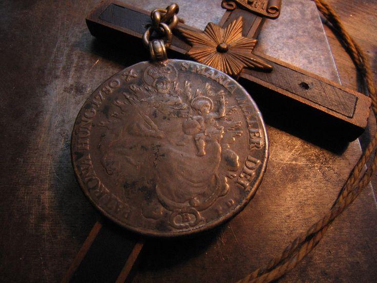 """.der ultimative Schutz gegen Vampire ...ein """"Madonnenthaler"""" ... geprägt in Kremnitz/Slowakei im Jahre 1780, dem Todesjahr der Kaiserin Maria Theresia ... der Thaler stellt die Kaiserin als Muttergottes dar und war in der K & K - Monarchie ein beliebter und begehrter Talisman ... entsprechend abgenutzt durch Küsse und Halten in den Händen während des Gebets ist die Bildseite dieses Silberthalers..."""