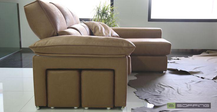 El sofá SLOW incluye asientos extraíbles y cabezal multiposición. El respaldo va partido, remarcando la zona lumbar con una suave almohada ergonómica. Los brazos cuentan con almohada superior rellena de suave fibra. Además incorpora dos pouffs independientes en el lateral del brazo. | Personalízalo en info@soffing.com