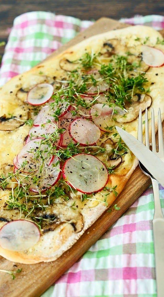 Pizza-Fladen mit Käse, Champignons, Radieschen und Kresse