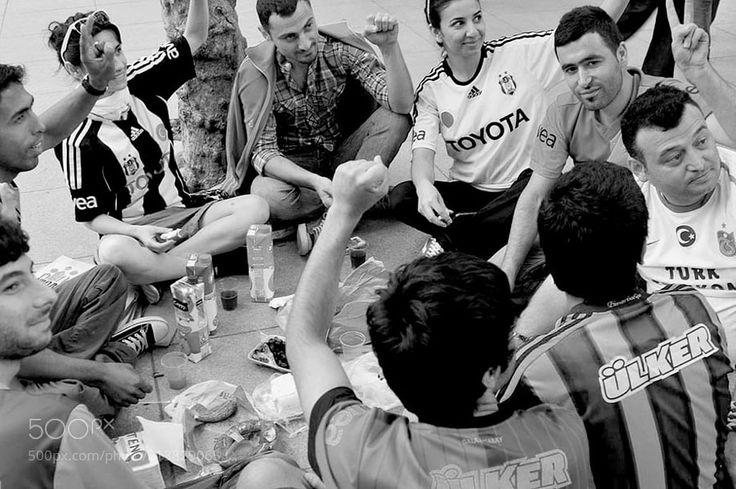 """""""siyah-beyaz..."""" - Türkiye Süper Lig şampiyonu Beşiktaşı yürekten kutluyorum. Eurolig Avrupa Basketbol Şampiyonu Fenerbahçenin 15 Temmuz Şehitler Köprüsü'nde asılı bayrağına tahammül edemeyen bir kaç BJK taraftarına da bir şey demiyorum artık Ötekine tahammül ettiğimiz zaman adam oluruz (2017)  f: 2013 Taksim Gezi Parkı"""