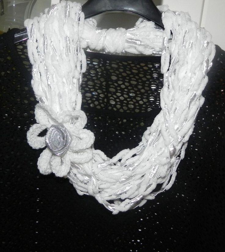 Sciarpa collana bianca  fatta a mano ad uncinetto con fiore, by Nuvola rossa, 11,50 € su misshobby.com