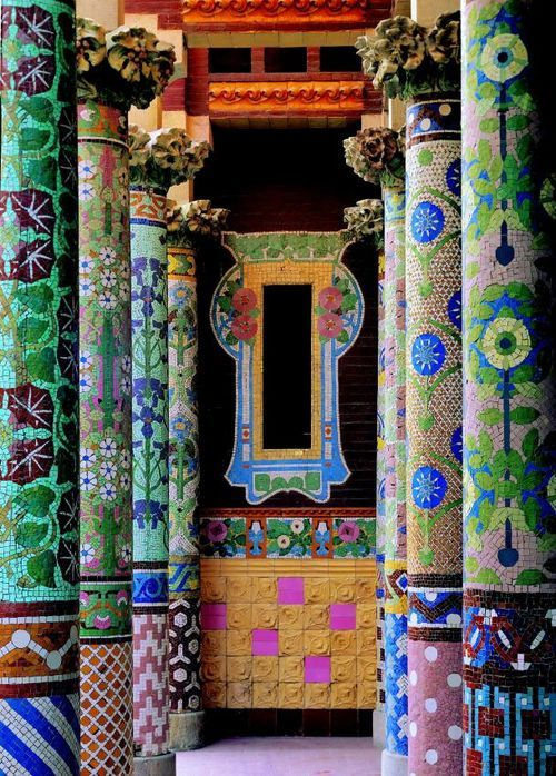 Mosaic columns at Palau de da Música Catalana in Barcelona, Spain (photo: Erleperle)