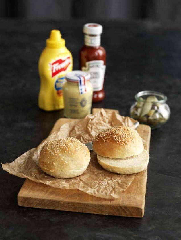 Bästa receptet på ett klassiskt och saftigt hamburgerbröd. Perfekt till allt från klassiska hamburgare och fiskburgare till pulled pork-burgare och vegetariska burgare. Så mycket godare än de köpta varianterna.