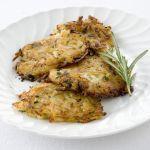 Vuoi portare in tavola delle crocchette di patate senza uova e senza formaggio? Prova le frittelle di patate aromatiche di Sale&Pepe, è una ricetta vegana.