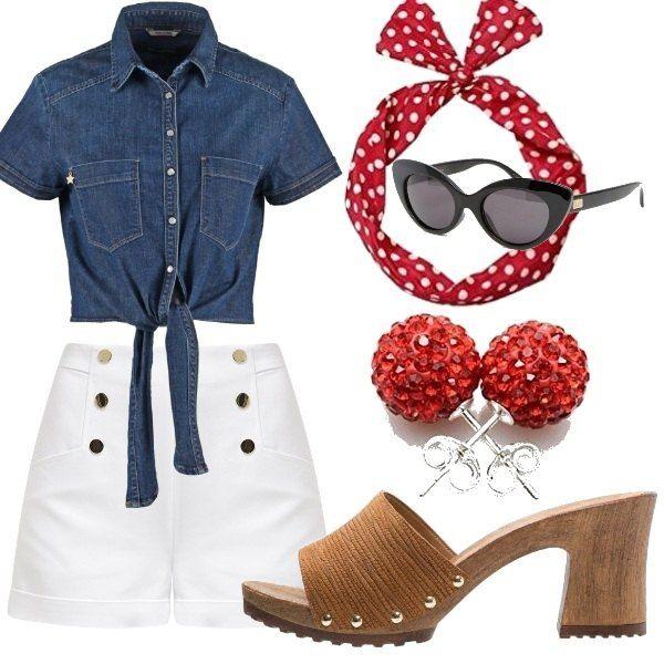 Outfit che ricorda le pin up anni '50: camicetta in jeans a mezze maniche da annodare in vita, shorts a vita alta bianchi con bottoni dorati, fazzoletto per capelli rosso a pois bianchi, occhiali da sole a farfalla, orecchini con strass rossi e zoccoli in legno con borchie.