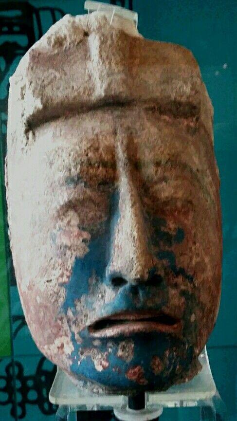 Cabeza maya en piedra en Dzibilchaltun