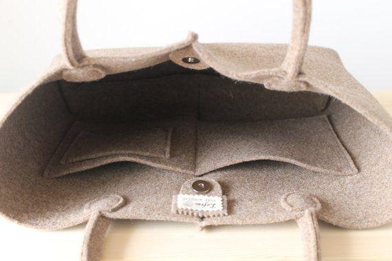 Elegant und lässig sind die beiden Hauptmerkmale dieser Tasche. Mit seiner einfachen Linien und reichen Details ist die Tasche Lefrac, dank seiner hellen Farben, ein Unikat für diejenigen, die für Stil und Eleganz auffallen wollen. Die Tasche ist groß und leicht, weich im Griff und langlebig, geeignet für den Transport alles in Ihrem täglichen Leben; Außerdem halten das klassische Design dieser Tasche aktuelle Jahr für Jahr. Die 3 mm Filz besteht aus 90 % Wolle und 10 % Baumwolle. Diese Art…