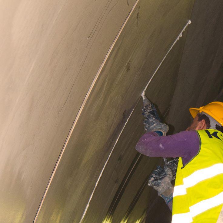 Una galleria luminosa e pulita rivestita col rivoluzionario porcellanato ceramico ultrasottile e flessibile di Cotto d'Este     Kerlite, porcellanato ceramico ultrasottile di Cotto d'Este, è stata utilizzata per rivestire le pareti curve della galleria più lunga della Variante di Valico, progetto infrastrutturale tra i più imponenti d'Europa.  Le lastre ceramiche sottili (solo 3,5 mm di spessore) e di grandi dimensioni (100x300 e 100x100 cm), di colore bianco antiriflettente, sono state…