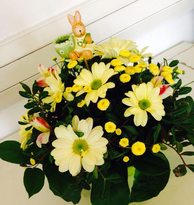 Composition de #fleurs piquées #paques. Votre fleuriste ouvert dimanche et lundi de Pâques  01.30.47.52.46