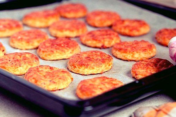 Печенье с беконом и сыром | Ингредиенты:  Бекон – 200 гр. Мука – 300 гр. Сыр – 300 гр. Молоко – 300 мл. Разрыхлитель – 1,5 ст. л. Соль – ½ ч. л. Паприка – ½ ч. л.  Приготовление:.....