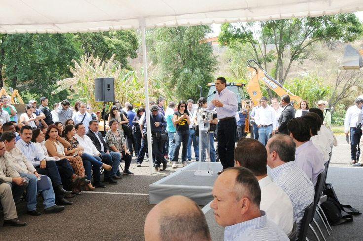 El gobernador y el director de la Conagua, Roberto Ramírez,dieron el banderazo de arranque de trabajos de la construcción del colector sanitario norponiente en Morelia, que tendrá una inversión de ...