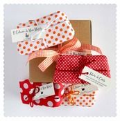 Caja Gallina de Huerto 4 Jabones  Bonita caja de cartón con lazo para regalar con nuestra selección de jabones frescos y naturales.  La caja contiene los siguientes jabones:  -Jabón de 170 gr. (aproximadamente) con olor a Fresa Crujiente.  -Jabón de 170 gr. (aproximadamente) con olor a Cereza.  -Jabón de 170 gr. (aproximadamente) con olor a Melón.  -Jabón de 170 gr. (aproximadamente) con olor a Melocotón.