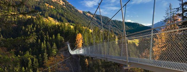Pont suspendu d'Holzgau : frissons garantis ! - Alors qu'on avance pas à pas au-dessus d'un gouffre vertigineux, on sent l'adrénaline parcourir ses veines petit à petit. Long de 200 mètres, le pont suspendu d'Holzgau s'élève à 105 mètres au-dessus des gorges de la Höhenbach. Le pont suspendu d'Holzgau © Lechtal Tourismus/kdg-Mediascope