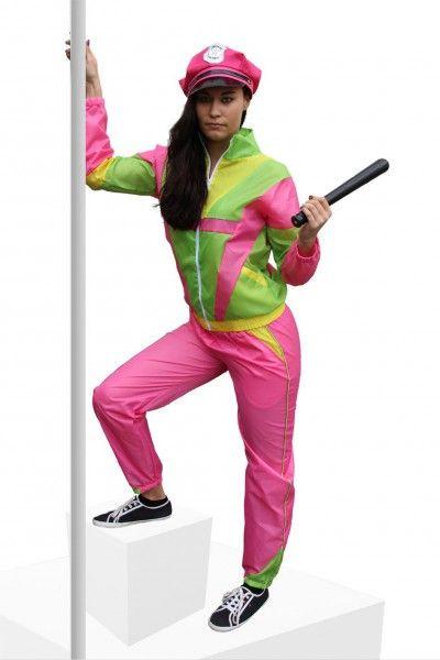 <p>TaTüTaTa!!! Die <strong>Nerdine-Verkleidung</strong> zum Bad-Taste-Event, einfach unschlagbar! Dieser 80er Jahre <strong>Trainingsanzug für Damen</strong>ist in den Farben pink, gelb und grün gehalten und hinterlässt einen garantiert Eindruck. Das originalgetreue Muster vollendet das 90er Jahre Damenkostüm.</p> <p>Material: 100% Polyester</p> <p>Lieferumfang: Hose und Jacke (die Mütze kann separat bestellt werden)</p> <p><strong>Größentabelle:</strong></p> <table border='1'…