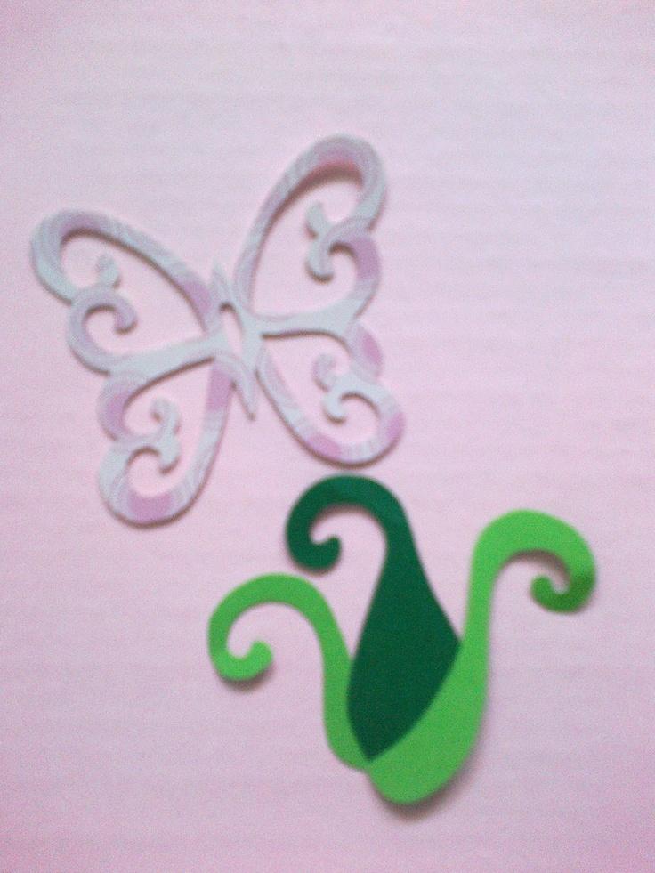 mariposa y  el yuyo de hojas para adornala a las flores