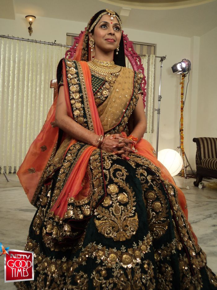 Unlike the traditional Red and Gold bridal lehengas which most brides prefer, Shruti requested Sabyasachi to give her an elegant and royal look, with vibrant colors of pink and orange.