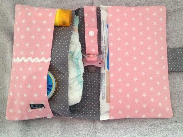 Sehr niedliche Wickeltasche Windeltasche  für 3-4 Windeln und Feuchttücher, Schnullerband sowie kleinen Aufsatztaschen, auf Wunsch mit Druckknöpfen.    Die Windeltasche Wickeltasche kann für 4€...