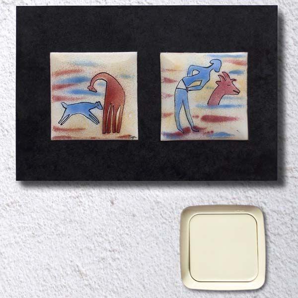 Cuadro Serie de dos PINTURAS RUPESTRES.  Inspirado en los Frescos de Tassili. Consta de dos placas de cobre esmaltadas al fuego realizadas sobre un fondo de esmalte opaco blanco y posterior aplicación de esmaltes transparentes realizando varias cocciones según el punto de fusión de cada esmalte. Las placas están montadas sobre una base de DM teñido con tintes al agua. Disponible tanto en horizontal como en vertical. La tonalidad puede variar ligeramente. Para diferentes montajes de placas de…