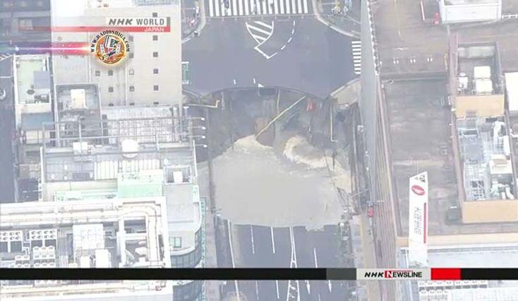Gigantesco buraco aparece em Hakata, na cidade de Fukuoka. A polícia está investigando uma enorme caverna que apareceu em uma rua do distrito comercial...