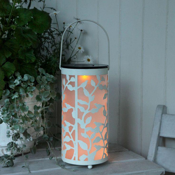 19€ Lanterne solaire d'extérieurcomposée d'une structure ajouré en métal blanc avec une anse etd'un diffuseur cylindrique opalin à panneau solaire.Cette lanterne nomadepourra être installée d...