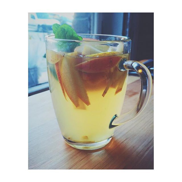 Coś na rozgrzewkę jesienną: ✔️imbir ✔️ zielona herbata ✔️ cytryna ✔️ pieprz cayenne ✔️ łyżeczka miodu (opcjonalnie) ✔️Kawałki jabłka ✔️listki mięty ✌️✌✌ Something to warm up during Autumn: ✔️ginger ✔️green tea ✔️lemon ✔️Cayenne pepper ✔️teaspoon of honey (optional) ✔️Pieces of apples ✔️mint leaves  #healthy #recipe #cocktail #healthyplanbyann #AnnaLewandowska