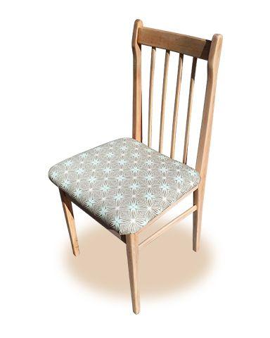 Seis sillas de comedor, madera borrada y tapizadas con loneta print.