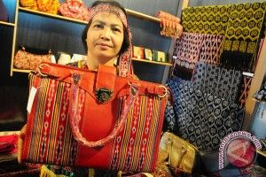 Jika kamu mengunjungi Kalimantan Barat, jangan lupa membeli kain ikat yang bisa ditemui dengan mudah di Pontianak. (If you happen to visit West Kalimantan, take your time to buy some souvenir from there and the famous one is ikat that you can find almost everywhere.)