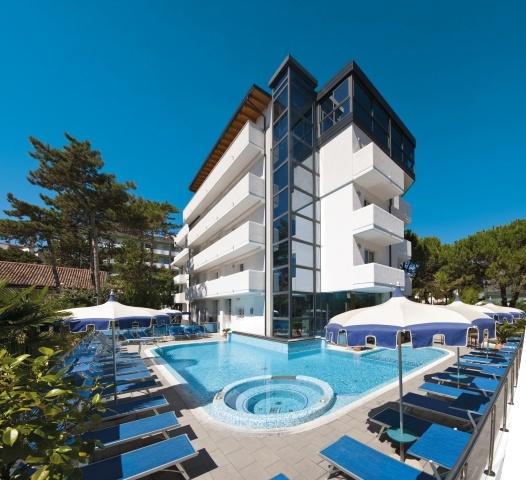 Bellissima vista dell'hotel dall'angolo piscina