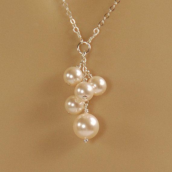 Collar de perlas, de Dama de honor, collar nupcial, regalo de fiesta nupcial:  Una pequeña gota de cristal Marfil perlas cuelga de una cadena de plata delicada en un collar para una madrina o de Dama de honor.  Las perlas de cristal de Swarovski están a la sombra de Creamrose de luz (marfil). La perla más grande del fondo es 8 m m de tamaño y las otras perlas 6 mm. La longitud de la gota de las perlas es de 1 1/4 pulgadas.  El collar se cierra con un cierre del gatillo con una longitud d...