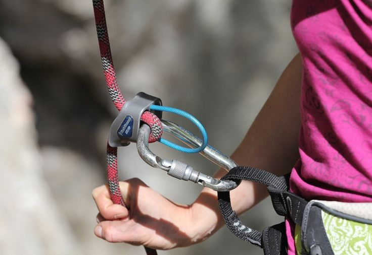 #Alpinkletterkurs - Du erlernst die elementare Sicherungstechnik in alpinen Routen im Wilden Kaiser. Kursinhalte: Praxis, Theorie und Ökologie, Knotenkunde, Legen von Zwischensicherungen, Standplatzbau, Begehen alpiner Kletterrouten, Ausrüstungs- und Materialkunde, Orientierung in der Felsklettertour, Tourenplanung, Erste Hilfe Wetterkunde, Lebensraum Alpen, Verhalten auf Tour. #Tickets für das #Kletterkurs #Erlebnis gibts bei #Royalticket.