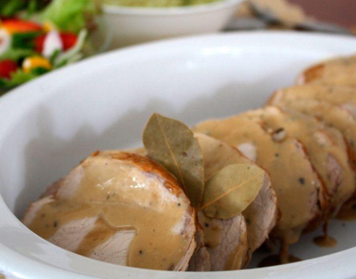 Una buena alternativa para la cena de Navidad es este delicioso lomo de cerdo en salsa de finas hierbas. Parecerá que duraste horas en la cocina pero la verdad quedará entre nosotros.
