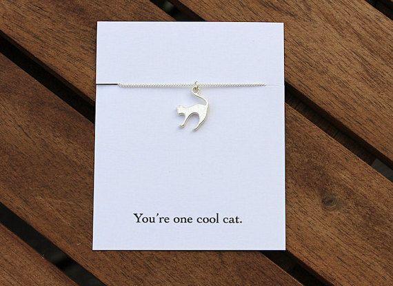 Diese Halskette Silber vergoldet Katze ist das Purrfect Geschenk für jeden Katzen-Liebhaber.  ✤ Silber Vergoldete Kette und Charme ✤ Wählen Sie aus 16, 18, 20 und 24 Zoll Kettenlängen ✤ Kette kommt zu einer netten Zitat-Karte angeschlossenen - wählen Sie aus 4 verschiedenen Zitate:  Haben Sie Purrfect Geburtstag! Du bist die Katze Schnurrhaare. Happy Birthday, mew. Du bist eine coole Katze.  Oder wenn Sie lieber Ihr eigenes schreiben würde Zitat Bitte wählen Sie die Option Persönliche…