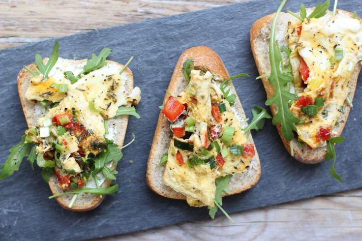 Op zoek naar een lekker recept voor de lunch? Maak dan eens deze omelet sandwich. Zo lekker en super simpel te bereiden!