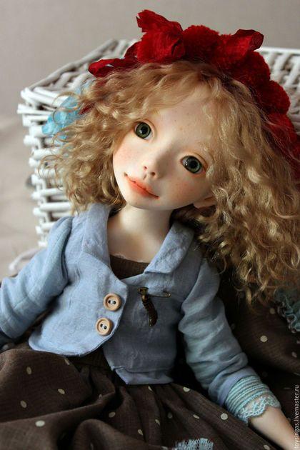 Купить или заказать Le petit Chaperon rouge! в интернет-магазине на Ярмарке Мастеров. Кукла сделана без форм!!! Вылеплена вручную от и до! Выполнена в смешанной технике, по принципу будуарных кукол, тело текстильное, утяжелено стеклянным гранулятом, голова, ручки и ножки La Doll. Кудри натуральные! Наряд из натурального хлопка. Не стоит, сидит вполне уверенно, но может и покапризничать!:)) Глаза стеклянные!! Ростиком около 42 см!