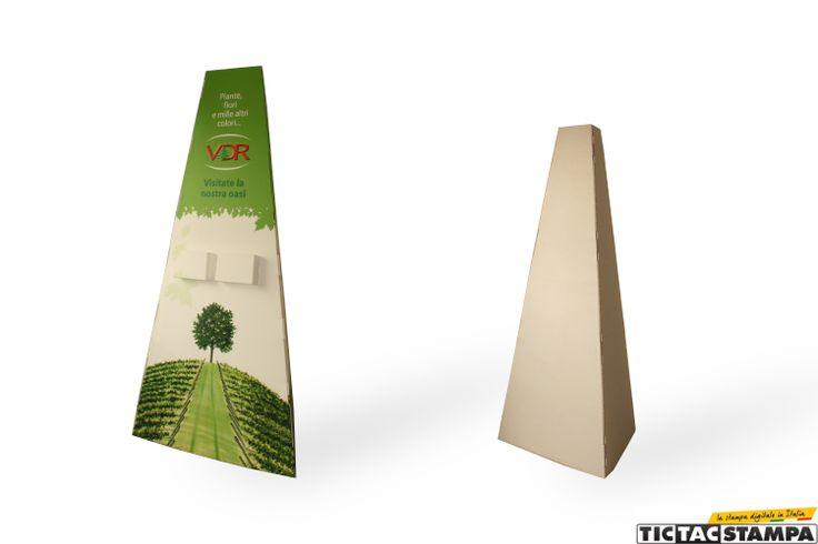 Espositore pubblicitario in cartone a forma di piramide. Leggero ed economico.