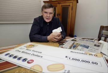 """Ron Yurcus z Chicago składał losy lotto w domu na biurku, zapominając sprawdzić zwycięskie numery po każdym losowaniu. Pewnego dnia, gdy przenosił swój komputer, w końcu zdecydował się sprawdzić stertę starych losów.Ron odnalazł zwycięskie numery na internecie i odkrył, iż na jednym ze swoich losów trafił 5 liczb! Był to los US Powerball z 22 sierpnia, czyli prawie 2 miesiące stary!Ron """"prawie zaczął krzyczeć"""" gdy zorientował się, że właśnie wygrał 1 milion dolarów."""