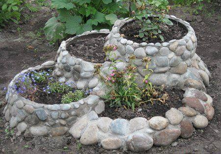 Идея дизайна клумбы из природного камня