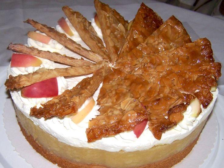 Apfel-Krokant-Fächer-Torte Fruchtiges Apfelkompott auf einem leichten Rührteig mit Sahne und feinen Mandel-Krokantfächern