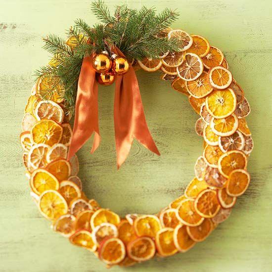 une couronne de porte naturelle de tranches d'orange pour Noël