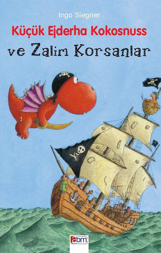 Sonunda tatil geldi çattı! Küçük ejderha Kokosnuss ve arkadaşı Matilda, Kaplumbağa Adası' na gitmek üzere salları ile yola çıktılar. Gemideki korsanlar isyan edince, bu sefer Berbat Jim, Küçük Ejderha' nın yardımına muhtaç kaldı.