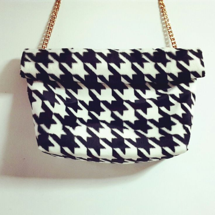 Piede de poule b&w ClicLunchbag with gold chain.