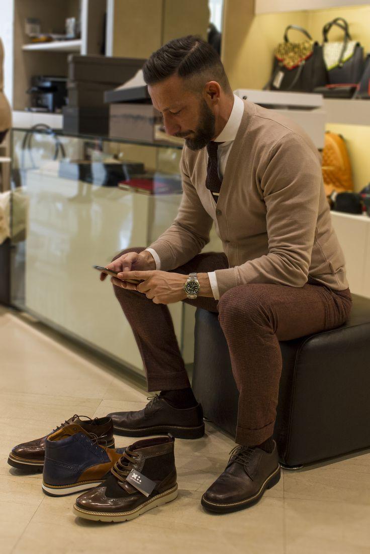 Ο δημοφιλής fashion blogger Χρήστος Ντάβλας διαλέγοντας παπούτσια από την εταιρεία SAGIAKOS.