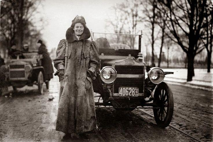 1909. Alice Huyler Ramsey, az első nő, aki autóval átszelte az Államokat. Akkoriban a 3600 mérföldes távból mindössze 152 mérföld volt szilád burkolatú..jpg