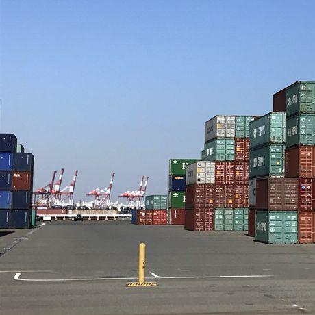 神戸 ポートアイランド コンテナ群とガントリークレーン キリン好きにはたまらないロケーション。Kobe Port Island Container Group and Gantry Crane. Giraffe Favorite Location .