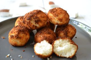 In echte kokosmakronen zit veel suiker en bloem. Niet heel gezond dus. Er is een makkelijker en gezonder recept. En dat is deze. Mager door de eiwitten en suikervrij omdat er alleen maar agave siroop