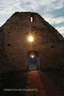 """""""A nap temploma"""". A fülöpi templomrom Révfülöpön, naplementében. http://balatoniromok.blogspot.hu/2011/03/fulopi-templomrom-revfulop.html"""