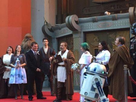 """Керълайн Ритър и Ендрю Портърс от Австралия се ожениха на премиерата на новия филм от """"Междузвездни войни"""", съобщава The Sydney Morning Herald. Церемонията по бракосъчетанието се състоя пред Китайския театър TCL в Лос Анджелис.За да успеят да попаднат едни о"""