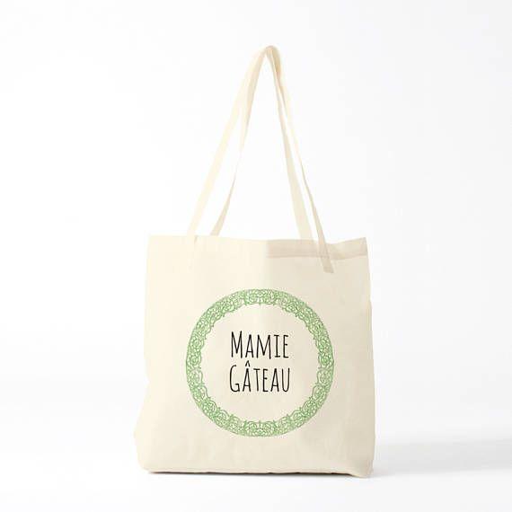 """Sac en toile, Mamie Gâteau, cadeau mamie, sac de courses, tote bag, sac coton, sac à pain, sac à main.  Vous pouvez commander le sac tel-quel, avec le texte Mamie Gâteau"""" (sac à 12 euros). Ou vous pouvez demander de personnaliser le texte avec le prénom ou l'expression de votre choix en choisissant l'option dans le petit menu déroulant (dans ce cas, sac à 15 euros). Merci !"""