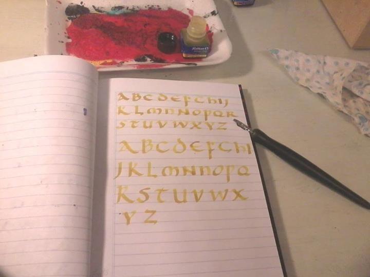 Práctica del trazado de las letras  (caligrafía uncial).
